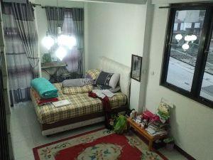 Spesifikasi : Lokasi Komplek Perumahan Pasir Kemiri (belakang Komplek Setiabudi Regency), Bandung Utara, disewakan rumah, 2 kamar tidur, 2 kamar mandi, ruang tamu, dapur, garasi mobil, aman, harga penawaran Rp 45.000.000,- per tahun.