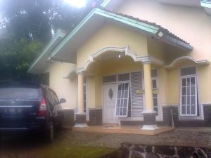 Spesifikasi: Lokasi pinggir jalan Desa Sindangwangi,Kecamatan Sindangwangi, Majalengka, Lt 700, Lb 250, 6 kamar tidur, 3 kamar mandi dalam, 1 kamar mandi biasa, Harga MURAH ditawarkan Rp 400.000.000,-negotiable. Jenis property cocok untuk villa dengan view alam pedesaan yang indah dan sejuk.